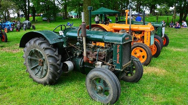 """Als Sohn eines Bauern interessierte sich Henry Ford sowohl für die Landwirtschaft als auch für die Industrie und schon in den frühen 1900er-Jahren begann er seine experimentelle Arbeit an Traktoren. Sein erster Prototyp war der 1907 fertiggestellte """"Automobile Plow"""". Im Jahre 1917 eröffnete er seine Firma zur Produktion von Landmaschinen und stellt ab dem darauffolgenden Jahr Fordson-Traktoren für den englischen und ein Jahr später für den amerikanischen Markt her."""