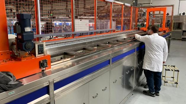 """Unter dem Namen """"Föhlan"""" bietet die Adolf Föhl GmbH eine revolutionäre Nanobeschichtung als Dünnschichtpassivierung von Zinkdruckgussteilen zum Schutz vor Abrieb und Korrosion an. Das Verfahren ist bereits zur Beschichtung von Bauteilen für die Automobilindustrie im Einsatz. So stehen sowohl im chinesischen Werk in Taicang als auch im deutschen Produktionswerk in Michelau neue Nano-Anlagen."""