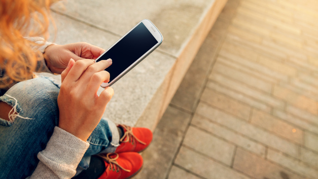 Mobiltelefone Moderne Mobiltelefone und Smartphones mit Internetfunktion stellen ein nur sehr geringes Interferenzrisiko dar. Ein Sicherheitsabstand von 15 cm zum Implantat, wie er noch vor zehn Jahren empfohlen wurde, ist aufgrund der Telefonie- und Internetfunktion nicht mehr erforderlich. In Studien mit Smartphones trat nur ein einziger Fall auf, in dem Störsignale nachgewiesen wurden, nachdem das Handy direkt auf die Hautstelle gelegt wurde, unter der sich das Implantat befindet. Zu induktiven Ladestationen hingegen sollten Schrittmacher- und ICD-Träger einen Mindestabstand von 10 cm einhalten.
