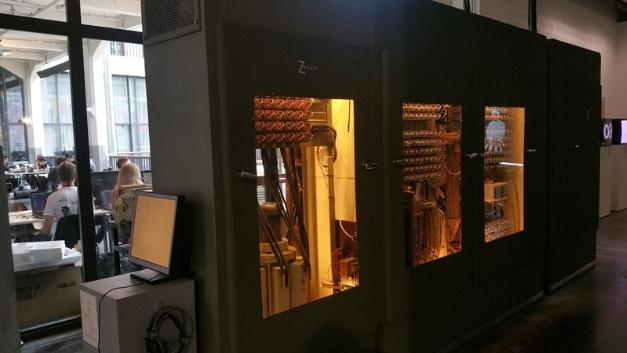 Der Kultrechner Z22 von Konrad Zuse aus dem Jahr 1957 in der Ausstellung Code 2 im ZKM. Der Röhrenrechner besteht aus 415 Röhren, 2400 Dioden, zwei Magnettrommelspeichern und einem Ferritkernspeicher. Außerdem gehören dazu eine externe Kühlanlage, ein Bedienpult, ein Oszilloskop, einen Fernschreiber und ein Lochstreifengerät.