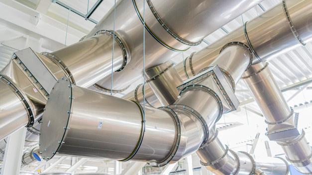 Bild 3. Ansicht auf ein Edelstahl-Abflusssystem für Sonderabluftströme in der Halbleiterfabrik Dresden.