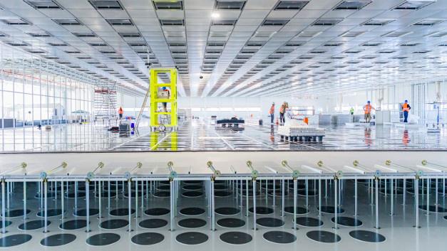 Bild 2. Blick in den künftigen Reinraum der Halbleiterfabrik von Bosch in Dresden mit fertiggestellter Decke sowie Blick in den Doppelboden.