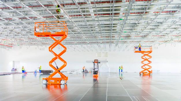Bild 1. Der noch leere Reinraum der Halbleiterfabrik von Bosch in Dresden mit abgehängter Decke.