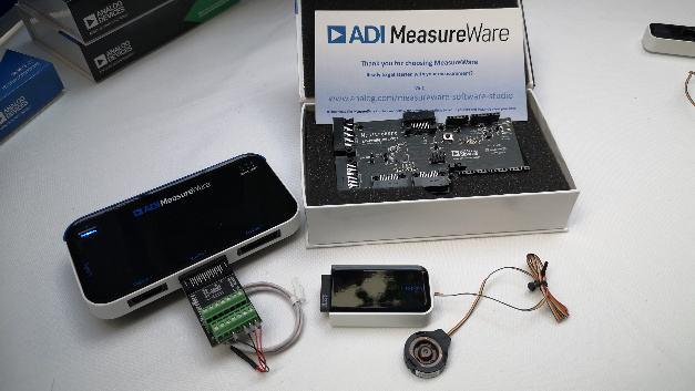 Das ADI MeasureWare-Kit umfasst ein zentrales Board an das sich verschiedene Sensormodule anschließen lassen.