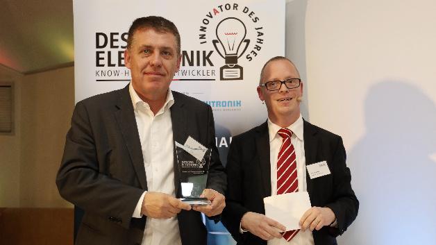 Philip Lolies von STMicroelectronics erhält den Preis für den ST Voltage Regulator Finder. Diese Smartphone-App vereinfacht die Suche nach Powermanagement-ICs.