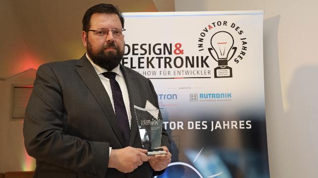 Norbert Haunold, Future Electronics, erhält den Preis für die Entwicklungsplattform GaNdalf. Damit können Netzteilentwickler mit der neuartigen Totem-Pole-PFC-Topologie Erfahrungen zu sammeln.