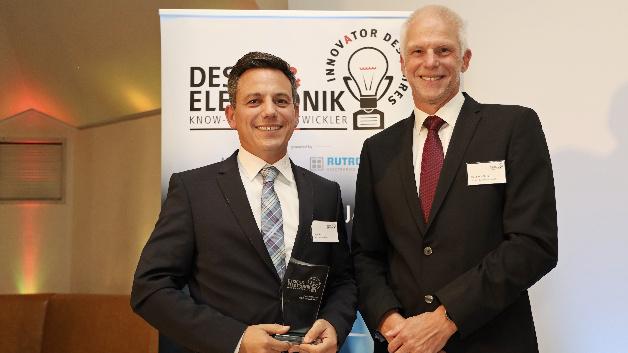 Cem Som (links, Würth Elektronik eiSos) freut sich, dass Hermann Püthe (inpotron Schaltnetzteile) ihm den Preis für das Wireless-Power-Entwicklungssystem überreicht. Dieses gemeinsam mit Infineon entwickelte Kit liefert nicht nur für 200 W, sondern verfügt noch zusätzlich über eine Funkdatenübertragung.
