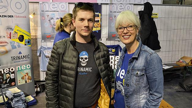 Jonas P. Proeger von Trinamic (l.) und Sonja Winkler auf unserem Stand auf der Make Munich.