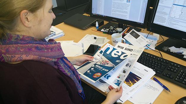 Die Geburtsstunde der ersten Elektronik-neo-Ausgabe: Bevor das Heft zur Druckerei geht, wirft Irina einen letzten Blick auf die Artikel.