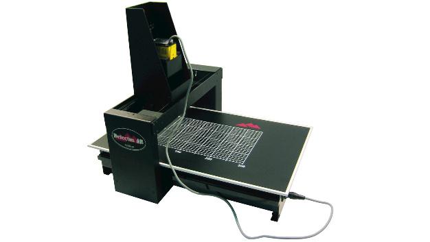 3D-EMV-Scanner: Detectus hat das 2D-Prinzip auf drei Dimensionen erweitert. Eine Nahfeldsonde an einem X-Y-Z-Roboter rastert den Prüfling ab.