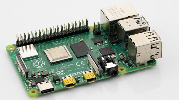 Entwicklungs-PC Raspberry Pi 4:Farnell stellt als Fertigungspartner der RaspberryPi Foundation die vierte Generation des Einplatinen-Computers Raspberry Pi vor. Im Broadcom-Chip BCM2711 stecken vier Arm Cortex-A72 Kerne mit einer Taktfrequenz von 1,5GHz. Beim Pi4 kann der Kunde zwischen 1,2 und 4GB Arbeitsspeicher wählen. So ist der Raspberry Pi4 einerseits für speicherintensive Anwendungen in Bereichen wie KI oder Multimedia gerüstet, kann andererseits aber auch mit weniger RAM in kostensensitiven IoT-Anwendungen eingesetzt werden. A pro pos Multimedia: Der 4er kann nun zwei unabhängige Displays ansteuern. Die maximale Auflösung beträgt 4K bei 60Hz. Der große HDMI-Stecker weicht dafür zwei kleineren Micro-HDMI-Ports. Die Grafikeinheit unterstützt OpenGL3.0 (bisher2.0) und decodiert Videos im H.265- (4Kp60) oder H.264-Format (1080p60). 1080p-Videosignale komprimieren kann sie maximal in H.264 mit 30Hz. Von den vier USB-2.0-Anschlüssen werden zwei zu USB3.0 aufgerüstet, so dass jetzt bis zu 5Gbit/s Datenrate möglich sind – sinnvoll etwa für SSDs. Die Ethernet-Schnittstelle liefert weiterhin 1 Gbit/s. Weiterhin gibt es Dual-Band WLAN mit 2,4 und 5GHz. Standard sind ebenfalls der SD-Card-Slot und ein Kameraeingang nach MIPI-CSI. Das Bluetooth-LE-Modul macht einen Sprung von 4.0auf5.0. Der GPIO-Header enthält zusätzliche serielle Schnittstellen. Da diese aber im Multiplex-Verfahren aufgeschaltet werden, bleibt die 40-polige Kontaktleiste abwärtskompatibel. Somit können sämtliche existierende Peripherie weiterverwendet werden.