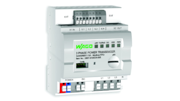 3-Phasen-Leistungsmessmodul: Das neue 3-Phasen-Leistungsmessmodulvon Wago ist in der Lage, Ströme und Spannungen in einem dreiphasigen Versorgungsnetz direkt im Schaltschrank zu messen. Die Spannung lässt sich direkt über die Anschlüsse der drei Phasen L1,L2undL3 sowie des Neutralleiters N detektieren. Die Ströme aller drei Phasen werden über Stromwandler erfasst, die ebenfalls direkt an das 3-Phasen-Leistungsmessmodul angeschlossen sind. Alternativ ist eine Strommessung über Rogowskispulen möglich. Das Leistungsmessmodul besitzt ein 72mm breites Gehäuse für die Montage auf der DIN-Tragschiene. Es berechnet aus den Messwerten intern alle in einem dreiphasigen Versorgungsnetz relevanten Messgrößen. Neben den Spannungen und Strömen gehören beispielsweise Blind-, Schein- und Wirkleistung, Energiebedarf, Leistungsfaktor, Phasenwinkel und Netzfrequenz dazu. Da der Strom im Neutralleiter gemessen wird, sind auch Kurzschlüsse auffindbar. Um sämtliche Messwerte an eine übergeordnete Steuerung zu übertragen, ist eine Modbus-RTU-Schnittstelle vorhanden. Über eine serielle Schnittstelle kann einPC mit einer Interface-Konfigurations-Software angeschlossen werden. Darüber lassen sich alle notwendigen Parameter einstellen. Ein Visualisieren der Messwerte im laufenden Betrieb ist möglich. Mit dem integrierten Steckplatz für MicroSD-Speicherkarten lässt sich das Gerät als Datenlogger verwenden.