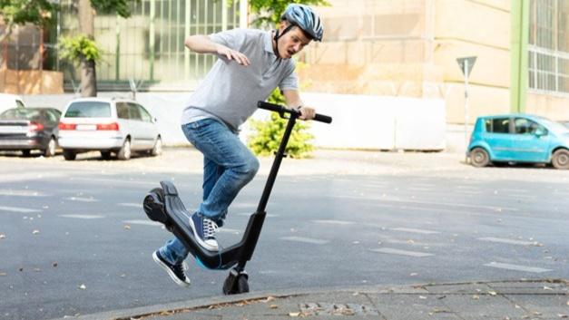 Auf Platz 2 wählte die Jury Rollerchaos. Thematisiert wurde mit diesem Wort die 2019 erfolgte Zulassung von mietbaren E-Rollern. Diese haben sich in vielen deutschen Städten rasch zu einem Problem entwickelt, weil sie häufig rücksichtslos und verkehrswidrig benutzt und unkontrolliert überall abgestellt werden.