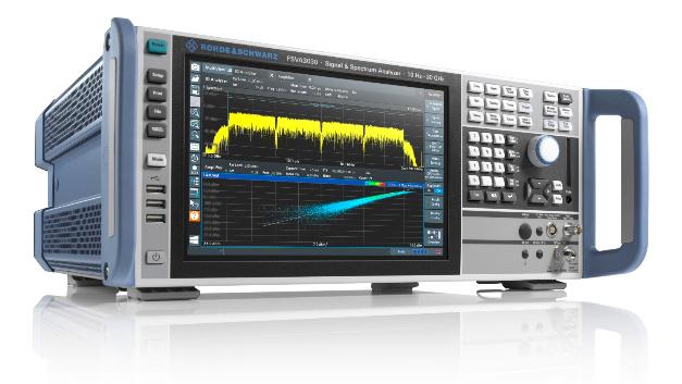 Die Eckdaten des R&S FSVA3000 lauten: 400MHz Analysebandbreite, Abdeckung von 5G-NR-Frequenzbändern bis 44GHz und ein Phasenrauschen von –120dBc/Hz. Die Bandbreite ermöglicht es, mehrere 5G-Trägerfrequenzen gleichzeitig zu erfassen und parallel zu analysieren. Für eine schnelle Geräteeinrichtung ist eine Ein-Knopf-Messfunktion integriert, und eine smarte Signalgeneratorsteuerung vereinfacht das Zusammenspiel mit weiterem Messequipment für komplexere HF-Messaufbauten. Konzipiert wurde der Analysator für Anwendungen wie die Linearisierung von Leistungsverstärkern, die Erfassung kurzer Ereignisse oder die Charakterisierung frequenzagiler Signale.