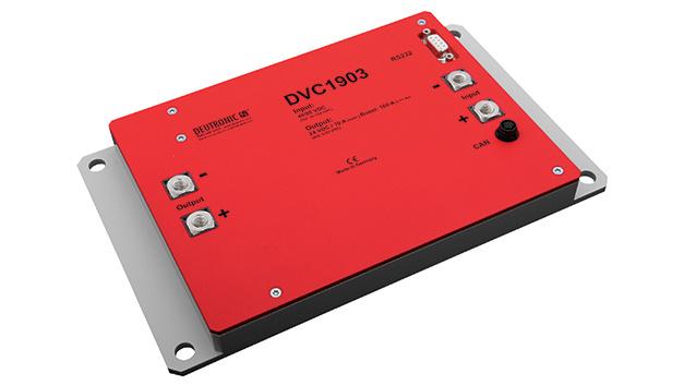 Gleichspannungswandler DVC853 und DVC1903: Die Gleichspannungswandler DVC853 und DVC1903 von Deutronic Elektronik ermöglichen unter Verwendung von Planar-Bauteilen eine hohe Leistungsdichte und Strombelastbarkeit bei sehr flacher Bauweise. Mit einer Größe von 200 x 180 x 24,2 mm3 finden die Wandler Platz in fast jeder Applikation. Sie besitzen ein Boost-Verhalten, das für bis zu vier Sekunden eine Leistung von 2200 W (DVC853) beziehungsweise 3840 W (DVC1903) bereitstellen kann. Beide Wandler verfügen über eine CAN-Schnittstelle und ermöglichen eine Kommunikation nach Standard- und J1939-Protokoll. Über die Schnittstelle können Ausgangstrom oder -spannung gesteuert und entsprechende Maximalwerte gesetzt werden. Zudem sind die ein- und ausgangsseitigen Strom- und Spannungswerte, Gerätetemperatur und SG-Ident abrufbar.