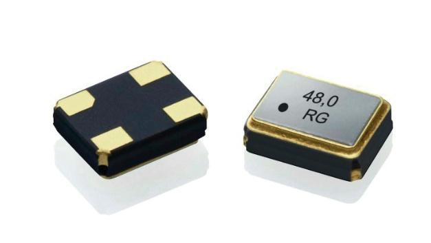 Geyer Electronic: PXO-Oszillator KXO-V93T Mit der Modellbezeichnung KXO-V93T bietet Geyer Electronic ab sofort einen Oszillator in einer weiteren Miniaturisierungsstufe an. Durch die Abmessungen von 1.6 x 1.2 mm2 und einer Bauhöhe von 0.6 mm ist dieser SMD-Oszillator besonders schock- und vibrationsfest. Der Frequenzbereich des Oszillators KXO-V93T reicht von 1 – 80 MHz. Die Versorgungsspannung beträgt 1,8 V, 2,5 V oder 3,3 V. Der Stromverbrauch ist mit maximal 2,0 mA sehr gering. Hervorzuheben sind die geringen Jitter-Werte, wie bei allen echten Quarzoszillatoren. Über die Tristate-Funktion kann der Oszillator ein- und ausgeschaltet werden. Betriebstemperaturen bis 85 °C sind möglich. Der Oszillator findet Anwendungen in den Bereichen Internet of Things, M2M, Industrie-Automation, Medical Equipment, Wireless Sensors und Sicherheitstechnik.