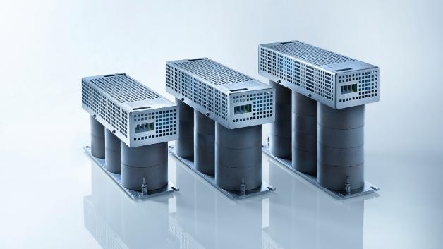 """SMP Sintermetalle Prometheus: All Mode EMV-Filter für SiC- und GaN-Anwendungen SMP hat 2019 """"All Mode""""-EMV-Filter mit hoher Frequenzstabilität entwickelt. Die verwendeten HFCM-Werkstoffe (High Frequency Composite Materials) sind für Frequenzen bis in den Gigahertz-Bereich wirksam. Sie erfüllen alle Anforderungen moderner SiC- und GaN-Anwendungen. Die All-Mode-Konstruktion dämpft sowohl Differential Mode- als auch Common Mode-Störungen. Durch die Kombination der HFCM- und All-Mode-Technologie werden etwa 50 Prozent weniger Filterkomponenten im System benötigt. Dies ermöglicht unter anderem den Verzicht auf zusätzliche Common-Mode-Drosseln oder -Filter. Gegenüber Standardtechnologien mit Werkstoffen wie Ferrit, Elektroblechen und nanokristallinen Blechen weisen die EMV-Filter um bis zu 40 dB[µV] geringere Störpegel auf und sind bis zu 40 Prozent leichter. Die Filter lassen sich wegen der Induktivitätsstabilität mit kleinerer Induktivität realisieren, was eine hohe Dynamik des Systems ermöglicht. Spannungsspitzen werden reduziert und die Lebensdauer der Elektromotoren verlängert."""