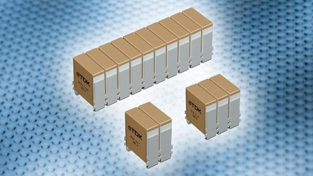 TDK Electronics : Keramik-Kondensator CeraLink in Flex-Assembly-Technik Die TDK Corporation präsentiert die CeraLink-Kondensatoren in modularer Flex-Assembly-Technik. Bei dem platzsparenden Aufbau werden zur Erhöhung der Kapazität zwei, drei oder zehn identische Kondensatoren über gemeinsame Anschlüsse parallelgeschaltet. Verfügbar sind die neuen CeraLink FA-Typen für Nennspannungen von 500 V DC, 700 V DC und 900 V DC. In Abhängigkeit von Spannung und Anzahl der Kondensatoren ergeben sich dabei nominale Kapazitätswerte von 0,5 µF bis 10 µF. Die auf PLZT-Keramik (Lead Lanthanum Zirconate Titanate) basierenden Kondensatoren lassen eine Betriebstemperatur von 150 °C zu. Die FA-Typen haben eine Breite von 7,4 mm und eine Höhe von 9,1 mm; die Längen liegen bei 6,3 mm, 9,3 mm oder 30,3 mm. Trotz der geringen Baugrößen können hohe Ripple-Ströme von bis 47 ARMS bewältigt werden. Ein Vorteil der Parallelschaltung liegt in den geringen ESR-Werten, die bei hohen Frequenzen im Bereich von 0,1 bis 1 MHz unter 10 mΩ liegen. Auch die ESL-Werte sind mit 3 nH gering. Durch die geringen parasitären Beiwerte eignen sich CeraLink-Kondensatoren für Umrichter-Topologien auf Basis schnell schaltender Halbleiter wie GaN oder SiC. Spannungsüberhöhungen beim Schalten sind deutlich geringer als bei konventionellen Kondensatortechnologien.