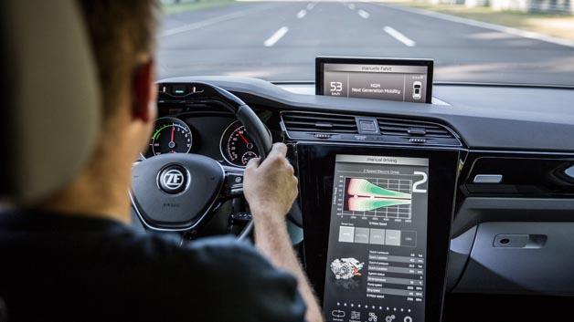 ZF hat einen neuen 2-Gang-Elektroantrieb für Pkw vorgestellt, der eine neu entwickelte elektrische Maschine mit einem Schaltelement und passender Leistungselektronik integriert. Der verbesserte Wirkungsgrad im Vergleich zu bisherigen E-Antrieben sorgt dabei für eine höhere Reichweite pro Batterieladung. Zusammen mit dem bauraumoptimierten Design ist das neue Antriebssystem damit unter anderem für Autos der Kompaktklasse interessant. Dank seines modularen Designs lässt sich das Aggregat zudem auf Fahrleistung trimmen und so auf den Einsatz in sportlichen Fahrzeugen hin skalieren.  Fahrzeuge mit dem neuen 2-Gang-Antrieb weisen einen geringeren Energieverbrauch auf, was wiederum im Vergleich zu einem einstufigen Aggregat zu einer Reichweitenerhöhung um bis zu fünf Prozent führt. Der Gangwechsel erfolgt bei 70 km/h. Durch Anbindung an die CAN-Kommunikation des Fahrzeugs lassen sich jedoch auch andere Schaltstrategien entwerfen, die etwa an digitales Kartenmaterial und GPS geknüpft sind.  Für Fahrzeughersteller bietet der neue 2-Gang-Antrieb zwei Optionen, um den besseren Wirkungsgrad effektiv zu nutzen. Neben der Reichweitenerhöhung bei gleichbleibender Batteriegröße könnte sich ein OEM für einen kleineren Akku entscheiden. Das neue Konzept bietet die Möglichkeit, die Fahrleistungen zu steigern. Dank eines modularen Ansatzes lässt sich das 2-Gang-Getriebe mit noch leistungsstärkeren E-Maschinen  bis 250 kW kombinieren, was bessere Beschleunigungswerte und potenziell höhere Endgeschwindigkeiten verspricht