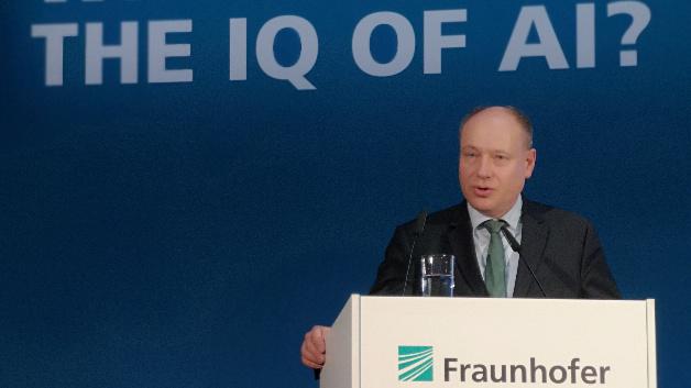 Dr. Frank Wetzel, Leiter der Abteilung Innovation, Industrie, Energie und Transport im Bundeskanzleramt kündigte die Schaffung 100 neuer Professor-Stellen im KI-Bereich an.