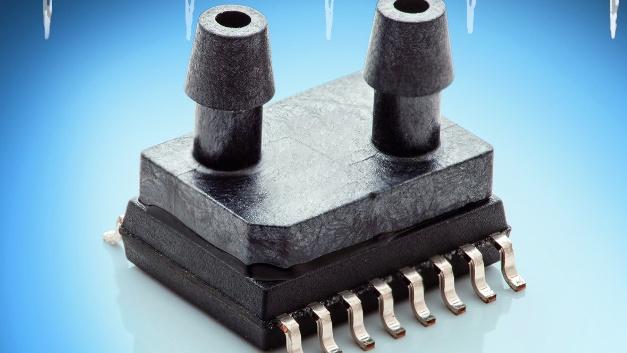 Amsys bietet die kleinen Druck-/Temperatursensoren der Serie SM9333 in einer bidirektional differentiellen Version mit ±125 Pa an. Aufgrund der symmetrischen Eigenschaften der Siliziummesszelle erlauben sie sowohl die Messung des applizierten Unterdrucks als auch jene des entsprechenden Überdruckdrucks. Als Ausgangssignal stehen zwei Signale im I²C-Format zur Verfügung, die proportional zur differentiellen Druck- und zur Temperaturänderung sind. Um die Funktion des Sensors zu kontrollieren, sind die SOIC-Sensoren mit einer Status-Diagnose und einer Fehlermeldung ausgestattet. Während der Herstellung werden die Niederdrucksensoren individuell linearisiert, kalibriert und temperaturkompensiert. Das Gehäuse dieses Niederdrucksensors basiert auf dem Standard-SOIC16(w)-Gehäuse (300 mil), in dem auch das Auswerte-IC und die Siliziummesszelle eingebaut sind. Mit einer ADC-Auflösung von 16 bit und einer Genauigkeit von typ. ±0,5 %FS im gesamten Kalibrationstemperaturbereich (-25 bis +85 °C) eignet sich der Sensor insbesondere für Industrieanwendungen, kann aber auch in medizinischen Geräten und in HVAC-Produkten eingesetzt werden. Zusätzlich zum SM9333 gibt es auch einen bidirektionalen Differenzdrucksensor für den größeren Druckbereich ±250 Pa in Form des SM9336.