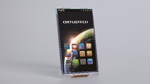 Eine Dicke von 2,15 mm und ein Außenrand von 1,9 mm zeichnen das von SE Spezial-Electronic auf der embedded world vorgestellte 5-Zoll-TFT-Display COM50H5N03 von Ortustech aus. Weitere Eigenschaften sind eine Auflösung von 720 × 1280 Pixel im Portrait-Modus, einem Kontrastverhältnis von 800:1, 400 cd/m2 Leuchtdichte und einem allseitigen 80°-Blickwinkel. Für die mit einem MIPI-DSI ausgestatteten Displays verwendet Ortustech die selbst entwickelte Blanview-Technologie. Dadurch soll es selbst bei gedimmtem Backlight und voller Sonneneinstrahlung gut ablesbar sein und die Farbe natürlich wiedergeben. Dies liege laut Unternehmensangabe unter anderem daran, dass beim COM50H5N03 anders als bei herkömmlichen transmissiven Displays mit zunehmender Umgebungshelligkeit gleichzeitig auch der Kontrast steigt. Ein weiteres Merkmal ist die gegenüber herkömmlichen transflektiven Displays um über 50 Prozent geringere Leistungsaufnahme. Damit eignet sich das 5-Zoll-TFT-Display für den Einsatz in allen akku- oder batteriebetriebenen Applikationen. Die äußeren Abmessungen des für einen Betriebstemperaturbereich von –20 bis +70 °C spezifizierten COM50H5N03 betragen 67,84 mm × 120,22 mm × 2,15 mm, der aktive Anzeigebereich selbst misst 61,78 mm × 109,82 mm. SE Spezial-Electronic, www.spezial.com, info@spezial.com, Tel.: 05722/203-0