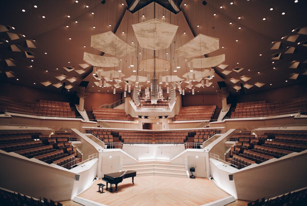 """""""LED Leuchten zu finden, die die Einzigartigkeit unseres Hauses – in diesem Fall der des Kammermusiksaals – wiedergeben können, ist sowieso schon nicht einfach"""", sagt Beleuchtungsmeister Robert Eberle, """"aber dass die neue Lösung perfekt dimmbar sein muss und den lichttechnischen Anforderungen von mir und auch dem Orchester entspricht, hatte oberste Priorität. Nun haben wir die Helligkeit des Orchesterlichts vervielfacht und ich bekomme keine Beschwerden mehr darüber, dass jemand sein Notenblatt nicht lesen kann. VisionTwo und ASC haben hier mit den Leuchten der ArcSystem Serie einen hervorragenden Job gemacht!"""""""