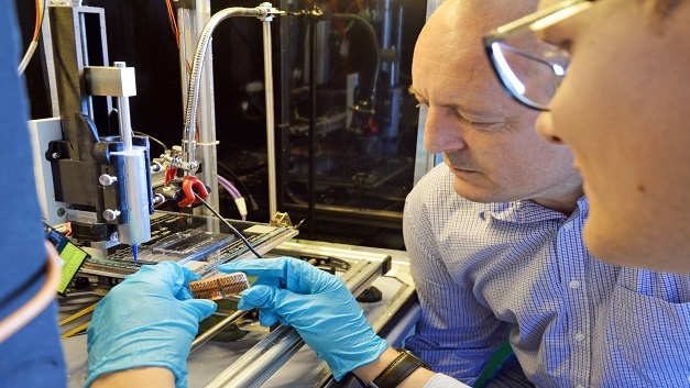 Mithilfe einer speziellen Tinte lassen sich die entscheidenden Mikropartikel per 3D-Drucker auf Oberflächen auftragen.