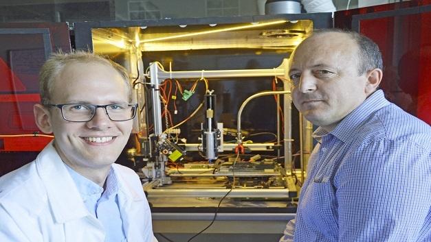 Der Doktorand Leonard Siebert (links) erforscht 3D-Druckverfahren an der CAU, Dr. Oleg Lupan entwickelt besondere Materialien und Sensoren an der Technischen Universität Moldau.