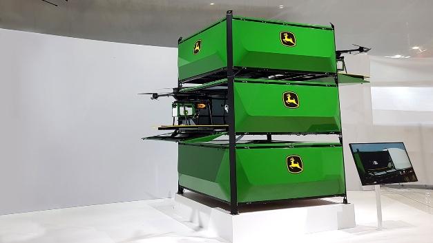 Diese Drohnen von John Deere  sind mit Unkrautscannern und Feldspritzen ausgestattet. Der 10,6-Liter-Tank wird vollautomatisch in einer Feldrandstation befüllt. Dort erfolgt auch die automatische Batterieladung. Die Flugdauer einer Batterieladung liegt bei 30 Minuten.