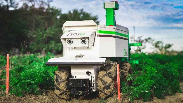 """Der autonome Unkrautroboter """"Oz"""" von Naio hilft beim Jäten und Hacken, um die Rentabilität zu steigern und gleichzeitig die Umwelt zu schonen."""