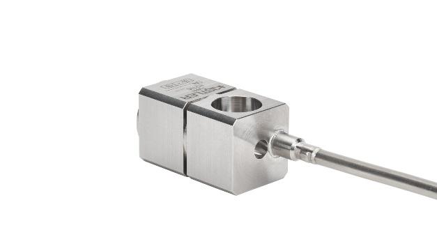 Kistler bringt einen uniaxialen Beschleunigungssensor zur Vibrationsüberwachung auf den Markt, der bei dauerhaften Temperaturen von 700 °C zuverlässige Messwerte liefert. Der Sensor 8211A ist nach ATEX und IECEX für den Einsatz im Explosionsschutz zertifiziert und hält kurzzeitig sogar Temperaturen von bis zu 1000 °C stand. Seine Hitzebeständigkeit hat der Sensor vor allem dem PiezoStar-Kristall zu verdanken, der das Herzstück des Beschleunigungssensors bildet und speziell auf diesen zugeschnitten ist. Kistler züchtet diesen Kunstkristall selbst in eigenen Laboren heran. Qualitätsschwankungen und Lieferengpässe, wie etwa bei dem Edelstein Turmalin, der ebenfalls in solchen Sensoren zum Einsatz kommt, sind beim künstlichen Kristall nicht zu befürchten. Auch das mit Magnesiumoxid isolierte Hardline-Kabel des Sensors weist dieselbe Hochtemperaturfähigkeit auf, sodass auch dieses ohne Probleme zeitgleich mit dem Sensor Temperaturen von bis zu 1000 °C ausgesetzt werden kann. Die Funktionsweise des 8211A beruht vordergründig auf dem piezoelektrischen Effekt: Wird Kraft auf den Kristall ausgeübt, erzeugt dieser eine elektrische Ladung, die proportional zur Beschleunigung ist. Diese Ladung kann der Beschleunigungssensor entlang einer Achse in beide Richtungen messen. Durch das grundisolierte Design des Sensors wird die positive und negative Ladung konstant ausgewertet, und in Kombination mit einem differentiellen Ladungsverstärker kann eine komplette und stabile differentielle Messkette gebildet werden. Diese liefert zuverlässige Messwerte, die nicht durch Störfaktoren in der Umgebung, wie etwa elektromagnetische Störungen, verfälscht werden.