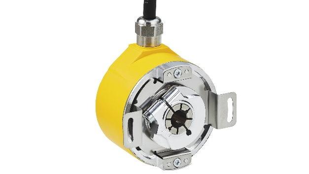 Für die sicherheitsgerichtete Überwachung von elektrischen Antrieben ausgelegt sind die Absolut-Encoder AFS60S Pro (Singleturn) und AFM60S Pro (Multiturn) von Sick. Sie erfüllen die Sicherheitsstandards SIL3 (IEC 61508), SILCL3 (EN 62061) und PL e (EN ISO 13849). Das kompakte Design spart Platz am Antrieb und bietet zugleich vielfältige Befestigungsmöglichkeiten. SSI und Sin/Cos sind als marktübliche Schnittstellen ebenso an Bord wie eine interne Diagnose und ein elektronischer Fehlerspeicher, der mit dem Tool Sick Safety Designer ausgelesen werden kann und die korrekte Funktionsweise und Installation der Encoder unterstützt. Antriebsseitig stehen beide Versionen mit Voll- oder mit Hohlwelle zur Verfügung. Deren mechanische Überdimensionierung und Ausführung sowie die form- und kraftschlüssige Verbindung zur Motorwelle erfüllen ebenfalls hohe Sicherheitsanforderungen für PL e. Mit Schutzart IP65 und einem Betriebstemperaturbereich von -30 bis +95 °C sind die sicheren Absolut-Encoder auch für raue Umgebungsbedingungen geeignet.