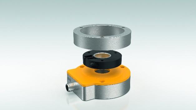Turck bietet den berührungslosen Drehgeber QR24 jetzt auch in einer Variante zum Einsatz in explosionsgeschützten Bereichen der Zonen 2 und 22 beziehungsweise 3GD an. Sensoreinheit und Positionseinheit sind als zwei komplett unabhängige, vollvergossene Einheiten konstruiert. Damit ist der Drehgeber gegen Stäube, Vibrationen, Schläge und Stöße geschützt. Im Unterschied zu Encodern mit magnetischen Positionselementen zeigt der QR24 eine höhere Resistenz gegenüber Störmagnetfeldern. Der QR24-Ex gibt sein Signal über die IO-Link-Schnittstelle V1.1 aus, was die Einstellung von Parametern wie beispielsweise Ausgangsignal oder Nullpunkt erleichtert. Der Encoder ist als Singleturn- und Semi-Multiturn-Drehgeber einsetzbar, der die Anzahl seiner Umdrehungen erfasst. Dabei nutzt der Encoder 16 bit des 32 bit breiten IO-Link-Signals für den Singleturn-Wert, 13 bit für die Umdrehungszahl und die verbleibenden drei bit für Diagnosedaten. So ist der Betriebsstatus jederzeit feststellbar und Wartungsintervalle lassen sich frühzeitig planen, was unerwartete Maschinenstillstände effektiv verhindert.