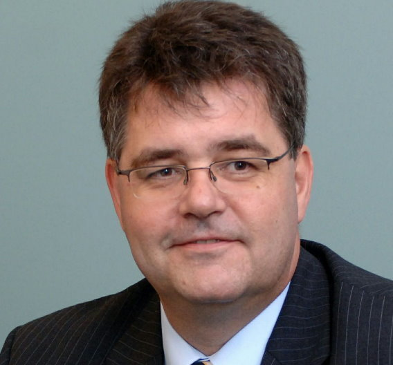 VDI-Geschäftsführer Dr. Willi Fuchs auf der Hannover Messe: »Wir haben nicht damit gerechnet, dass wir im Krisenjahr 2009 einen solch deutlichen Fachkräftemangel zu spüren bekommen. Tatsächlich sprechen wir von über 3 Milliarden Euro entgangener Wertschöpfung für die Bundesrepublik Deutschland«