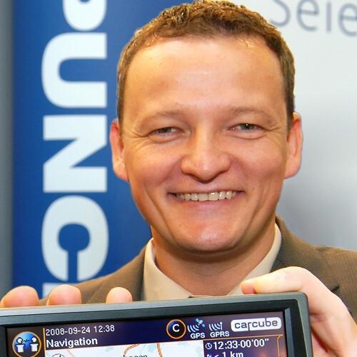 Carsten Holtrup, Geschäftsführer von Punch Telematix Deutschland, mit dem Bord-Computer CarCube.