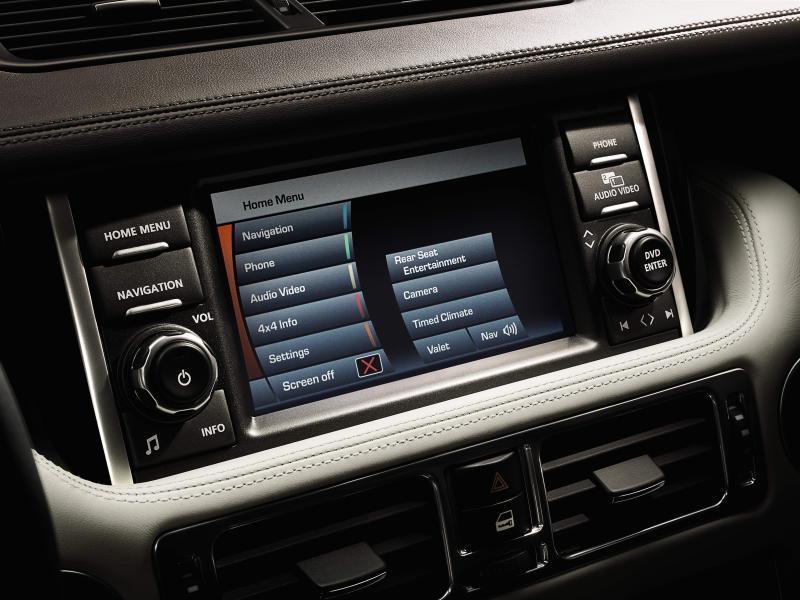 Bild 1. Fahrer (links) und Beifahrer (rechts) werden über das zentrale Display im neuen Range Rover mit unterschiedlichen Informationen versorgt. Aktiviert wird diese Funktion über eine Taste rechts neben dem Display.