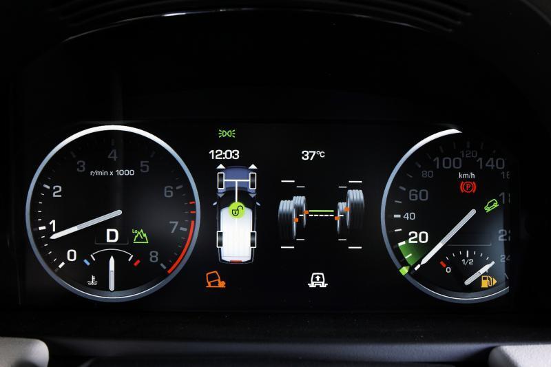Bild 2. Das frei programmierbare Display erlaubte den Land- Rover-Entwicklern eine variable Darstellung der Informationen. Reicht der Platz zwischen den Rundinstrumenten nicht aus, wird der Tacho kurzerhand aus dem Bild geschoben.