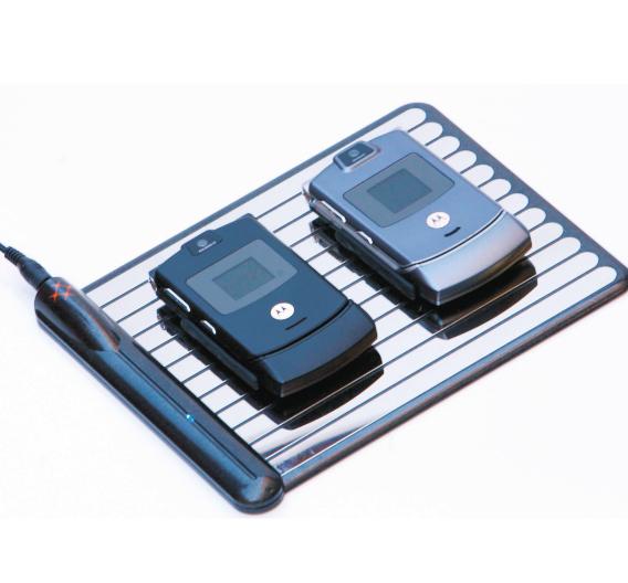 Bild 1. Auf die Ladematte der Fa. WildCharge [11] können mehrere Handgeräte zum Laden abgelegt werden. Da die Empfänger-Elektronik noch nicht werksseitig in den Geräten integriert wird, sind spezielle Empfängermodule in Form einer Gehäusehülle anzustecken.