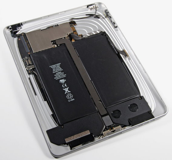 Nach etwas Tüftelei gibt das Gerät sein Innenleben preis – und bestätigt die Vermutung, dass die Verwandtschaft zum iPod näher ist, als die zu Net- oder Notebooks: Das Board ist nur knapp 11 cm breit und nimmt im Innern des iPad eher eine »Randstellung« ein – es befindet sich oben links unter der silbernen EMI-Abschirmung.  Den meisten Platz nehmen die Akkus ein – hier mittig im Bild. Die Akkus liefern 3,75 V und mit 24,8 Wattstunden genug Energie für die angepriesenen 10 Stunden Akkulaufzeit.