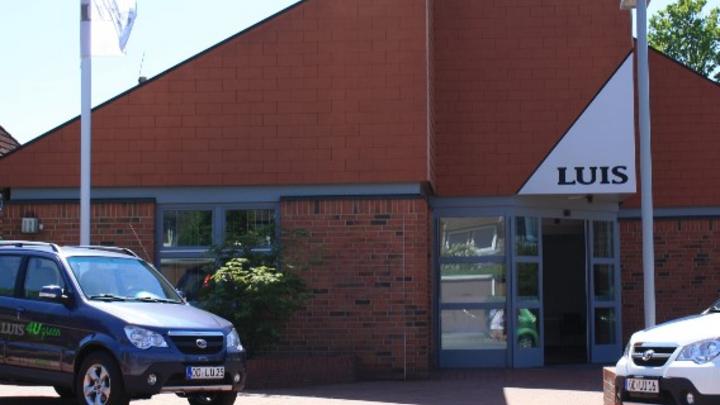 """Das Service-Center in Ammersbek mit dem Elektroauto """"LUIS 4U green""""."""
