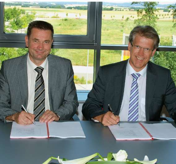 Würth Solar und Manz Automation schließen Kooperationsvertrag (v.l.n.r.: Bernd Sprecher, Geschäftsführer Würth Solar und Dieter Manz, Vorstandsvorsitzender Manz Automation)