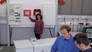 Über ein mobiles Display programmieren die Forscher den Start der Waschmaschine. (Quelle: Fraunhofer IWES)