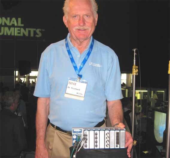 Mit-Gründer von National Instruments, Dr. James Truchard, auf der NI Week mit dem neuen Ethernet-Datenerfassungs- und I/O-System  CompactDAQ.