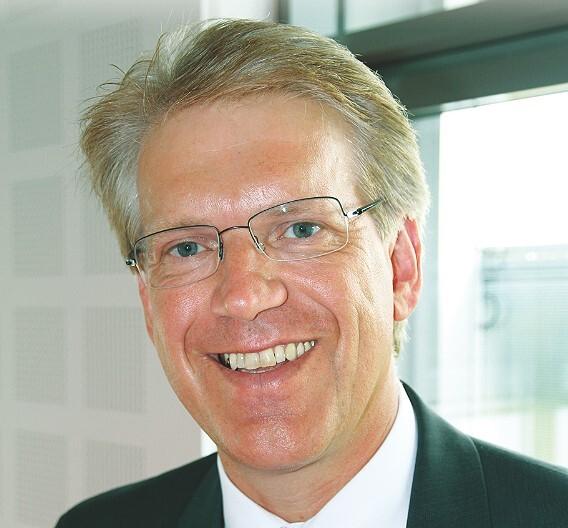 Dieter Manz, Manz Automation: »Das Know-how in dieser Kooperation ermöglicht es, den Solarherstellern voll integrierte Produktionslinien zu liefern, welche die niedrigsten Herstellungs- kosten aller schlüsselfertigen Dünnschichtlinien aufweisen.«