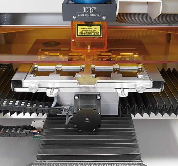 Mit einem Oberflächenwiderstand von 106 Ohm leiten geerdete Europlex ESD-Scheiben (im Bild orange) elektrostatische Ladungen kontrolliert ab und verhindern statische Aufladungen. Mittlerweile setzt LPKF die Sicherheitsfenster nicht nur im Premiumsegment ein, sondern auch im kostengünstigen Einsteigermodell MicroLine 1000 S.