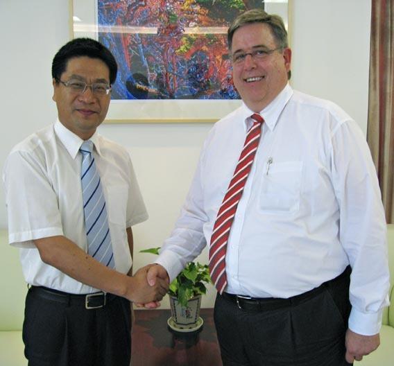 Jeff Wang, Chairman und Gesellschafter von Joyson, und Dr. Michael Roesnick, Vorsitzender der Geschäftsführung der Preh GmbH, haben einen Vorvertrag zur Gründung eines Joint Ventures in Ningbo (China) geschlossen.
