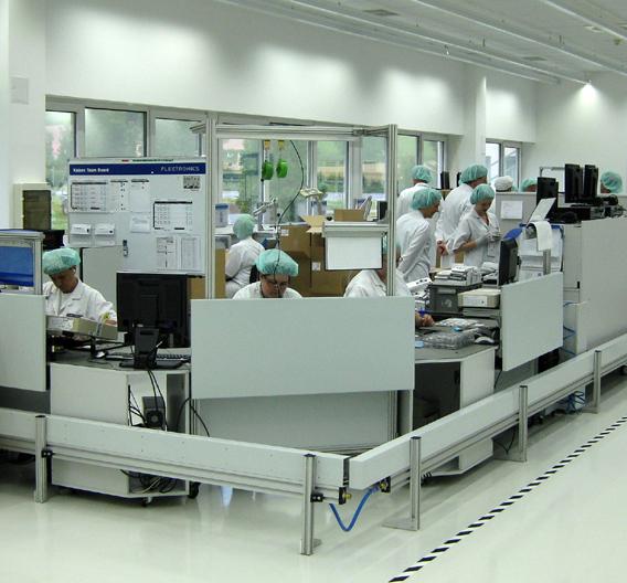 Die für die Studie bei Flextronics eingesetzten Lichtbandleuchten »Tecton« eignen sich für die Beleuchtung von Industrie- und Produktionshallen.