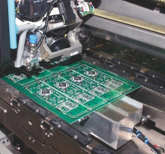 Vollautomatisch produziert Gigaset von der Bestückung bis hin zur Montage der Endgeräte...