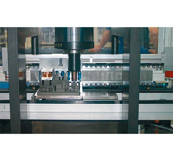 Bild 2. In der Praxis bewährt: Im Siemens Gerätewerk Amberg erzielt der »1FN6« maximale Produktivität bei der Montage von Sirius-Schützen – der Straubinger Sondermaschinenbauer Strama-MPS hat damit eine Schnellpositionierung für Transfersysteme entwickelt.